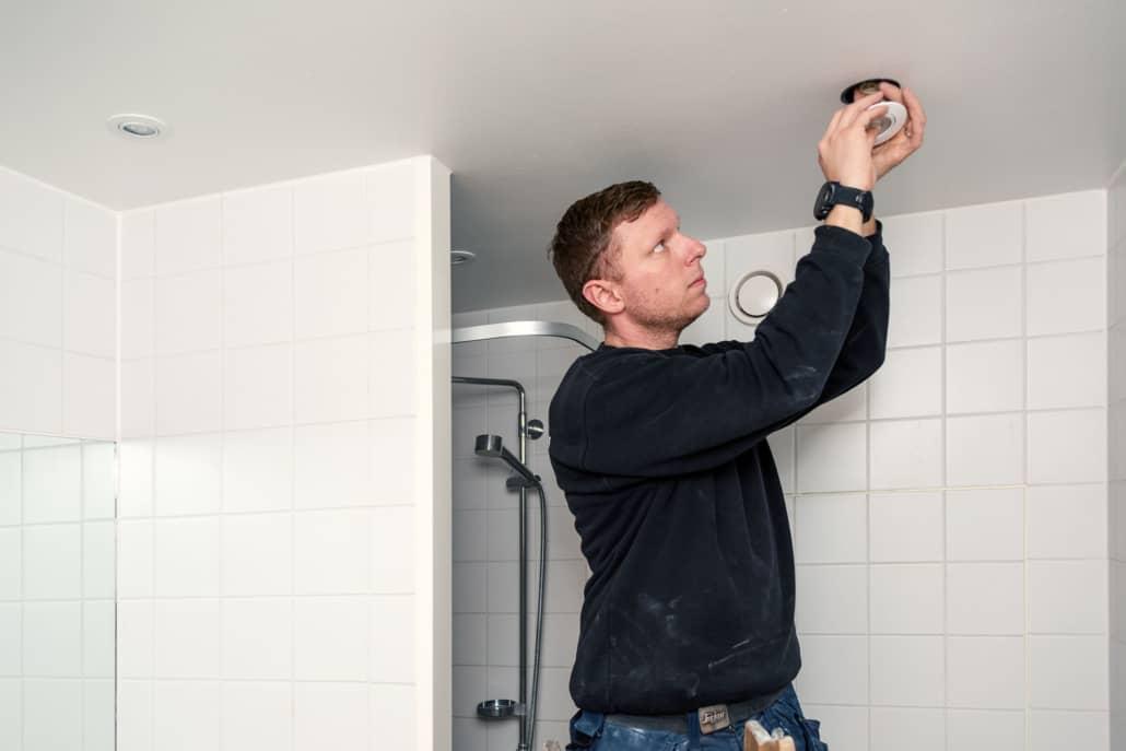 elektriker installerer spots i loftet