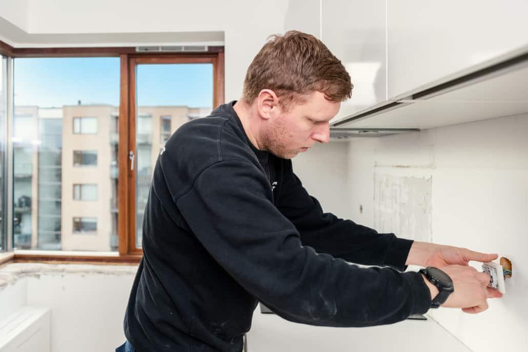 elektriker arbejder i køkken